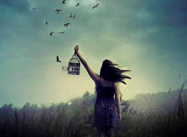 Vrouw die vogels loslaat