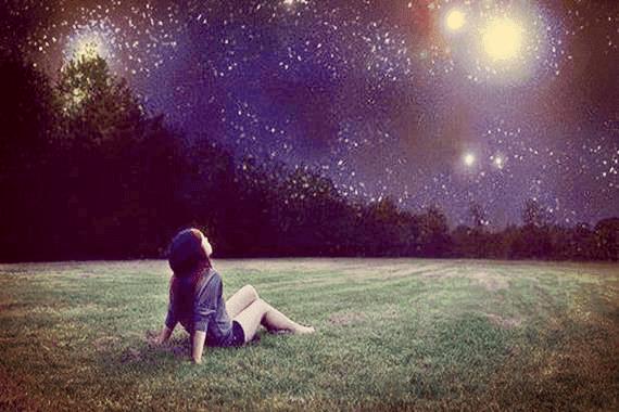 Meisje dat naar de sterren staart