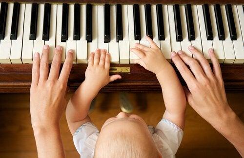Moeder en kind spelen piano