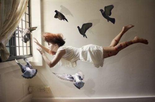 Vrouw die vliegt