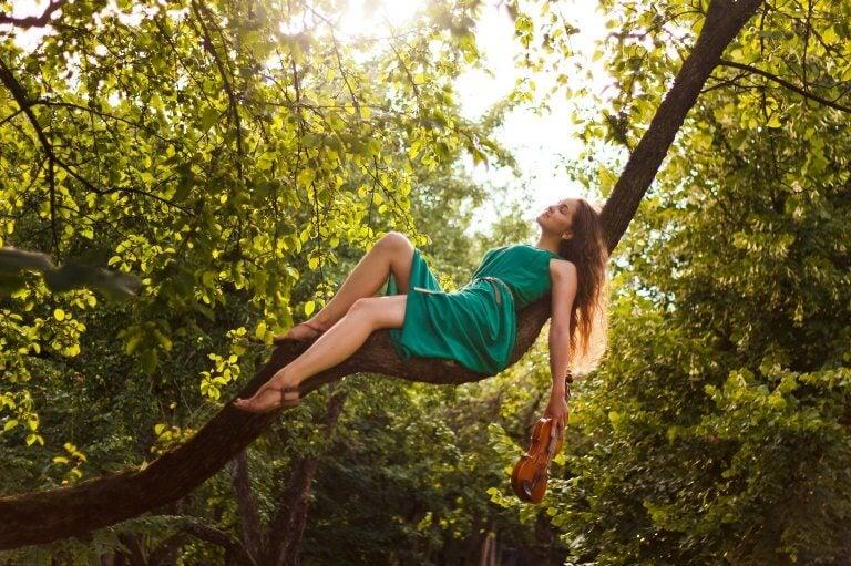 Vrouw in een boom