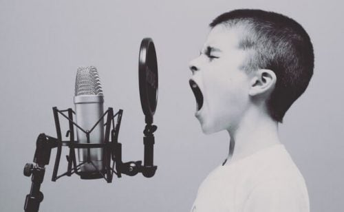 Jongetje die in microfoon schreeuwt