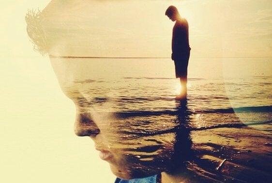 Man op strand na een eed van stilte afgelegd te hebben