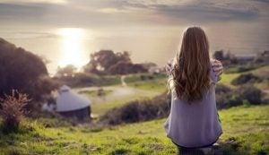 Eenzame vrouw zit op berg