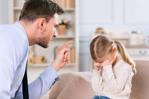 Boze vader met kleine dochter