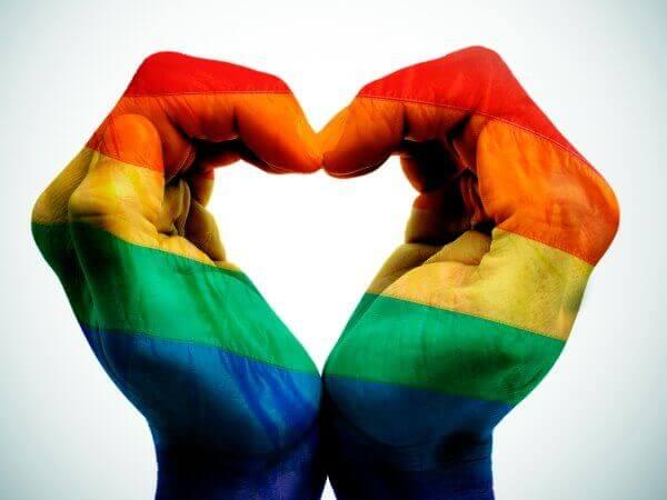 Gaypride vlag op handen in een hartvorm