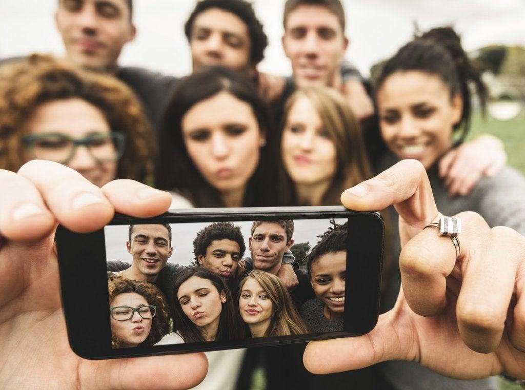 Een groep vrienden maakt een selfie