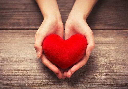 Vrouw die een hartje vasthoudt