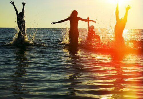 In de zee met vrienden