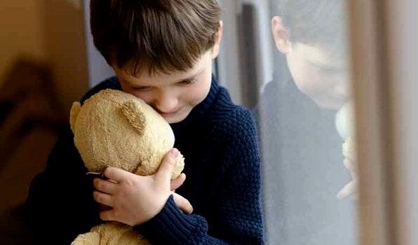 Jongetje knuffelt zijn teddybeer