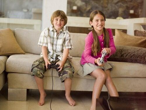 Twee kinderen spelen videospelletjes