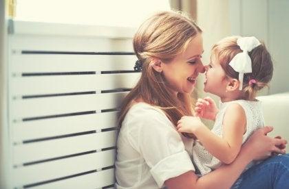 Knuffelen met dochter