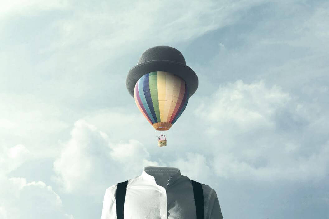 Man met een luchtballon als hoofd