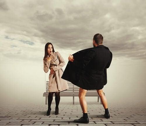 Man onbloot zich aan geschrokken vrouw