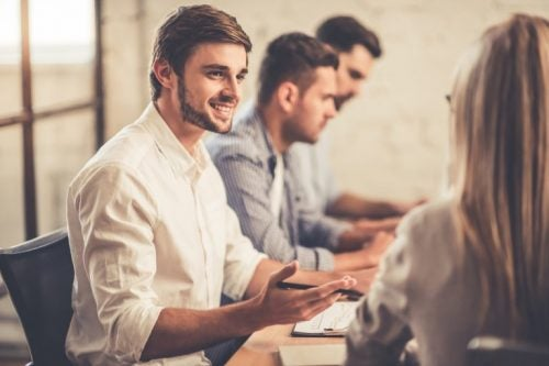 Lachende man tijdens vergadering
