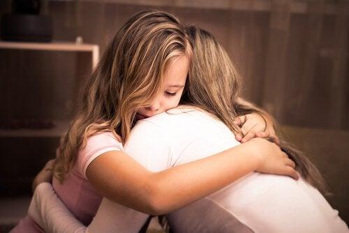 Moeder en dochter geven elkaar een knuffel