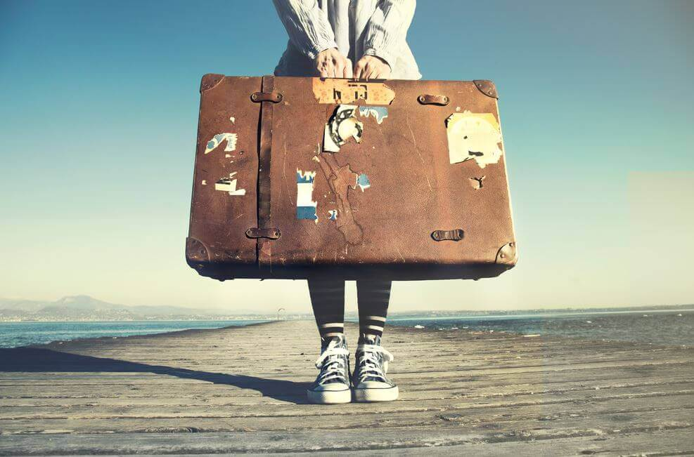 Meisje met een grote, oude koffer