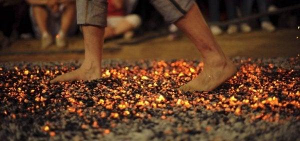 De drie stappen in het vuurlopen