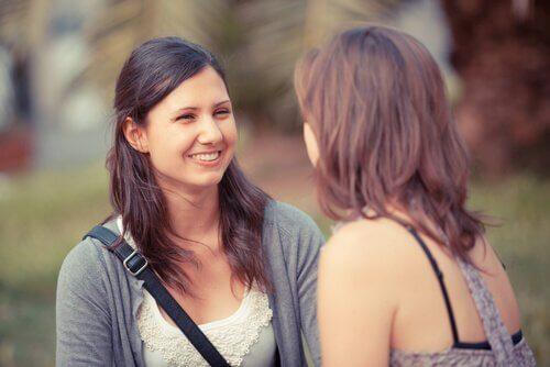Twee vrouwen voeren een vriendelijk gesprek