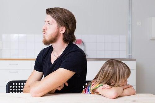 Vader die boos is op zijn dochter