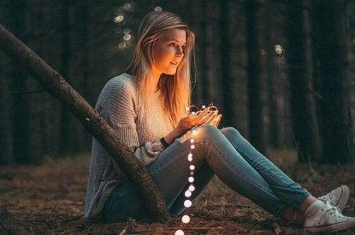 Vrouw met lichtjes in handen