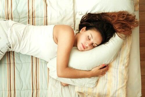 vrouw slaapt op kussen