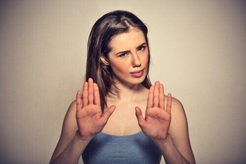Vrouw met handpalmen naar voren