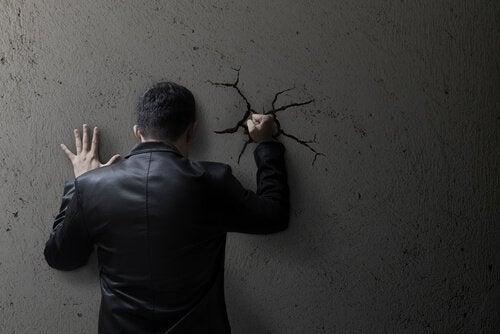 Hoe helpt sociale moraliteit om geweld te normaliseren?