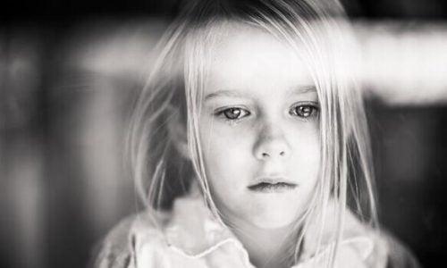 Zwijgend kind voor een raam