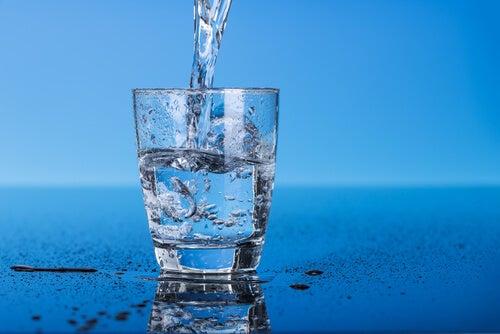 Een glas water drinken