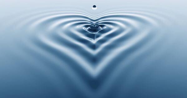 Waterdruppels vormen hart op wateroppervlak