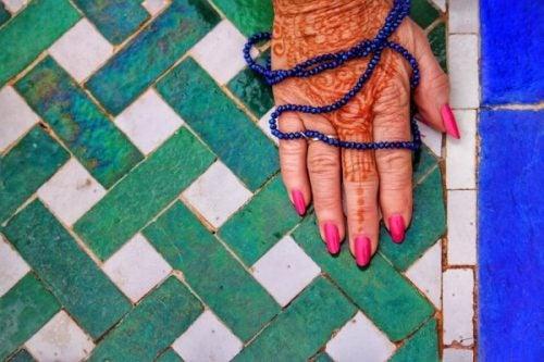 Hand die versierd is met henna