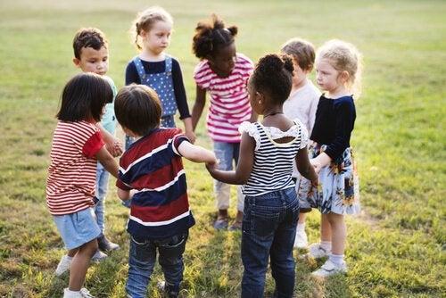 Kinderen staan in kring