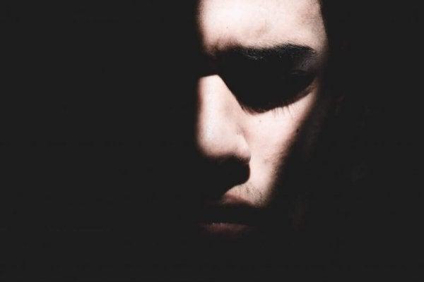 Een gezicht in de duisternis