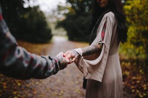 Emotioneel toerisme kan het gevolg zijn van een relatiebreuk