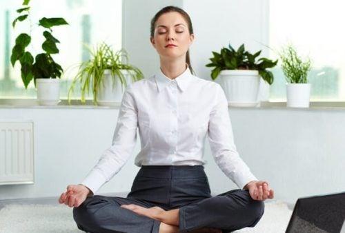 Vrouw zit te mediteren