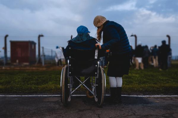 Meisje in rolstoel met haar vriendin
