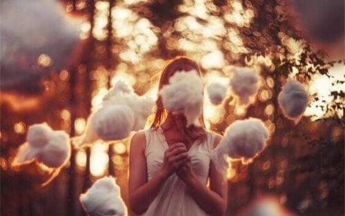 Meisje met katoenbollen om zich heen