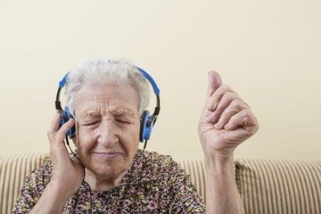 Oma luistert naar muziek