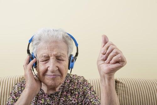 Oudere vrouw luistert naar muziek