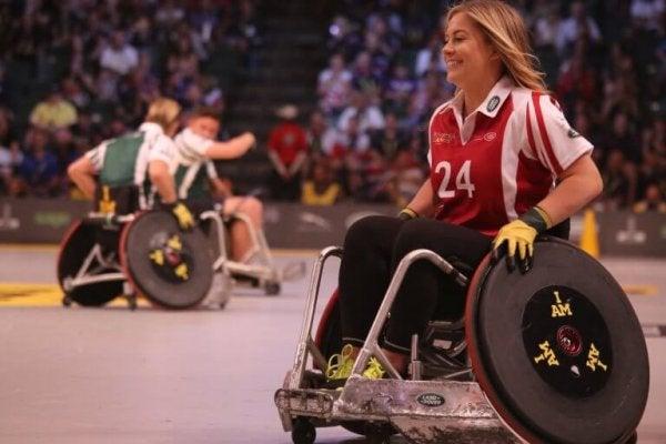 Meisje sport in een rolstoel