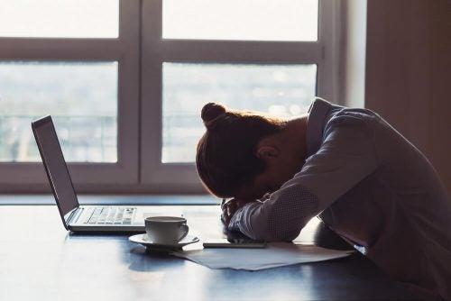 Verdrietige vrouw met laptop