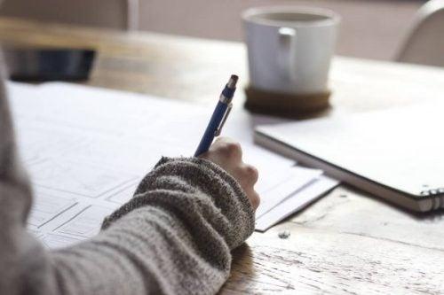 Meisje schrijft essay