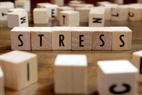 Blokken spellen het woord stress