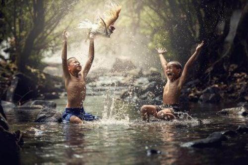 Kinderen spelen in rivier