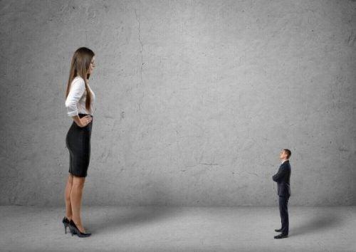 Grote vrouw voelt zich superieur ten opzichte van klein mannetje
