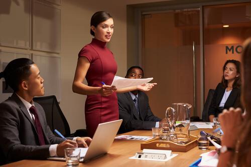Vrouw met charisma geeft toespraak