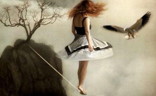 Vrouw die op een touw staat