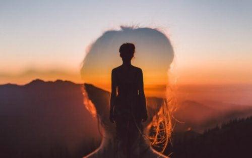 Vrouw kijkt uit over landschap