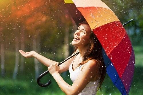 Vrouw die geniet van de regen